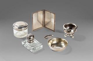 Lot consisting of 5 objects: a crystal and silver inkwell, a crystal jar with a silver lid, a silver photo frame, a silver taste vin and a small silve