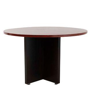 Mesa de hall. Siglo XX. En talla de madera. Marca López Morton. Con cubierta circular. 75 x 120 cm. Ø