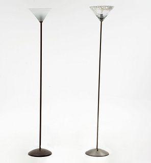Lote de lámparas de piso. Siglo XX. Fustes de metal liso con pantallas cónicas de vidrio con bases circulares. Piezas: 2