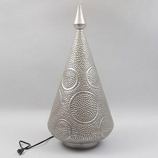 Lámpara de mesa. Turquía. Siglo XX. Diseño cónico. Elaborado en metal plateado. Para una luz.