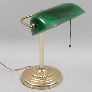 Lámpara de escritorio. Siglo XX. Estilo inglés. Elaborada en metal. Para una luz. Con pantalla color verde.