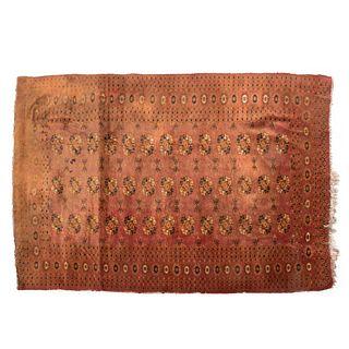 Tapete. Pakistán, siglo XX. Estilo Bokhara. Elaborado en fibras de lana y algodón sobre fondo café.