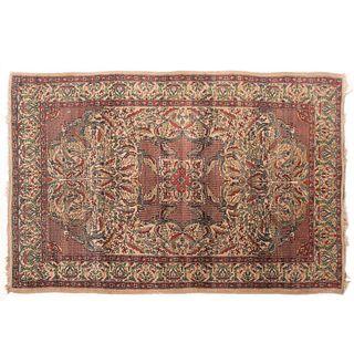 Tapete. Siglo XX. Estilo Mashad. Elaborado en fibras de lana y algodón sobre fondo beige con rojo.