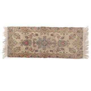 Tapete. Siglo XX. Estilo Mashad. Elaborado en fibras de lana y algodón. Decorado con medallón centra. 140 x 56 cm
