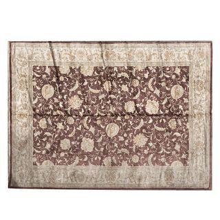 Tapete. Persia. Siglo XX. Estilo Khesan. Elaborado en fibras de lana y algodón. 287 x 196 cm.