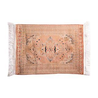 Tapete. Siglo XX. Estilo Tabriz. Elaborado a máquina en fibras de lana y algodón. 89 x 65 cm