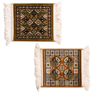 Lote de 2 tapetes miniatura. Siglo XX. Uno estilo bukhara, otro estilo mashad. Elaborados a máquina en fibras de lana y algodón.
