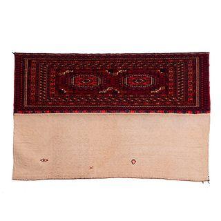 Tapiz. Persia, Siglo XX. Estilo turcomano. Anudado a mano en fibras de algodón. Diseños tribales. 117 x 75 cm