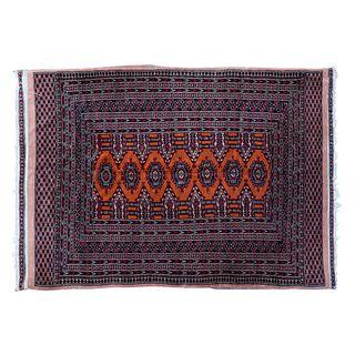 Tapete. Pakistán. Siglo XX. Estilo Boukhara. Anudado a mano en fibras de lana. Decorado con elementos geométricos. 127 x 173 cm