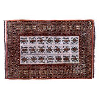 Tapete. Pakistán. Siglo XX. Estilo Boukhara. Firmado en farsi. Elaborado en fibras de lana y algodón. 127 x 182 cm