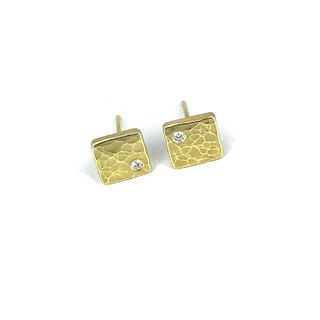 Square forged studs in 18K yellow gold with diamonds
