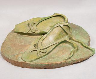 Montse Bro. Zapatillas de ballet. Firmado y fechado 94. Cemento moldeado y pintura verde.