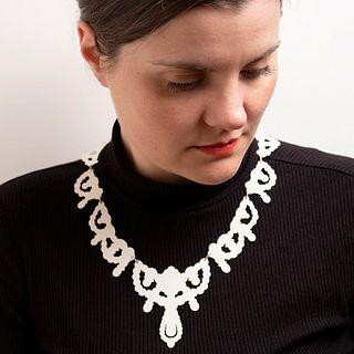 Iconic Silhouette Collar in cream