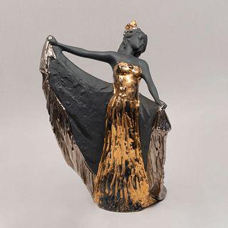 Bailarina. España Siglo XX. Elaborada en porcelana Nadal acabado gres. Decorada con esmalte dorado y plateado. 34 x 23 cm