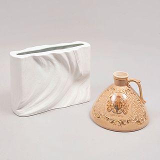 Licorera y centro de mesa. Alemania e Inglaterra. Elaborados en porcelana, uno de Bavaria. Uno marca Brentleigh. Piezas: 2