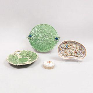 Lote de 4 piezas. Portugal. Siglo XX. En cerámica acabado brillante. Consta de: platón, centro de mesa, alhajero y plato.