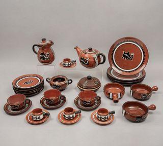 Servicio abierto de vajilla. Perú, siglo XX. Elaborado en cerámica vidriada MARTA. Decorado con motivos precolombinos. Piezas: 72