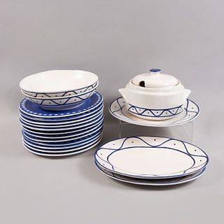 Lote de 18 piezas. Siglo XX. Elaborados en cerámica Marca Haus. Consta de: sopera, plato de servicio, 2 fuentes ovales, Otros.