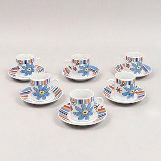 Juego de té. China. Siglo XX. Elaborados en cerámica. Consta de 6 ternos en caja. Decorados con motivos florales.