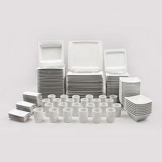 Servicio de vajilla para 24 personas. España. Siglo XXI. Diseño cuadrangular. Elaborado en porcelana Porvasal. 144 piezas.