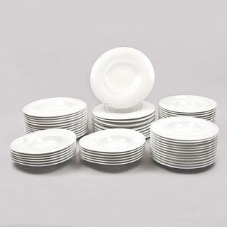 Servicio de vajilla para 11 personas. España. Siglo XXI. Diseño ORBE. Elaborada en porcelana Porvasal. 55 piezas.
