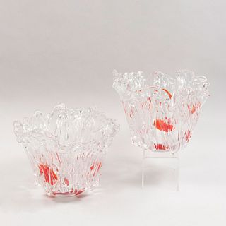 Lote de 2 centros de mesa. S. XX. Diseño orgánico. Elaborados en cristal tipo Murano. Decorados con manchas en color anaranjado.