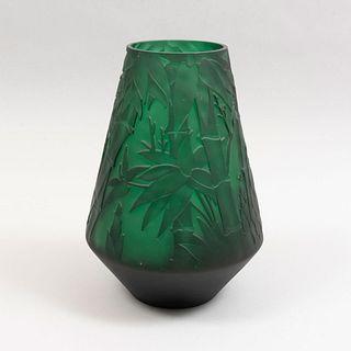 Florero. Siglo XX. Diseño de EMILE GALLÉ. Elaborado en cristal tipo camafeo color verde.