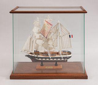 Barco Belem. 1886. Diseño a escala. En talla de madera policromada. Con capelo de vidrio y base de madera.