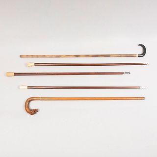 Lote de 5 bastones. Diferentes diseños. Siglo XX. Elaborados en madera, con aplicaciones de marfil, cuerno y hueso.