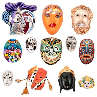 Lote de 12 máscaras. México, Japón, Tailandia, España e Italia. Siglo XX. Elaboradas en cerámica, papel maché, cartón y barro.