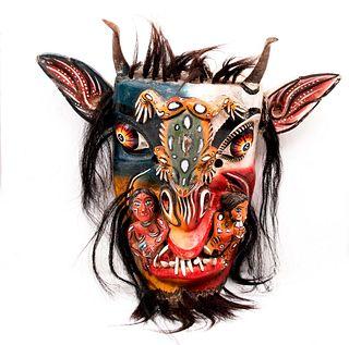 Máscara de diablo. México. Siglo XX. Elaborada en madera con aplicaciones de pelo. Decorada con reptil y dos borrachos.