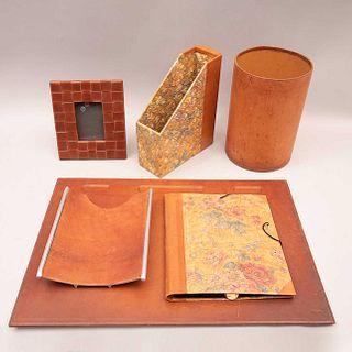 Lote de artículos para escritorio. Siglo XX. Elaborados en piel uno de la marca Dupuis.  Piezas: 6