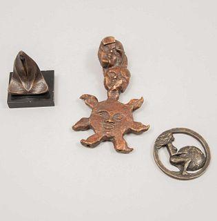 Lote de 3 esculturas. Fundición en bronce. Consta de: Víctor Hugo Castañeda. Mujer indígena. Firmada JVC y fechada '85. XIV/XIV. Otros.
