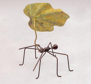 Gerardo Fernández. Hormiga con hoja. De la serie Naturaleza mecánica. Fundición en bronce. Con certificado. 18 x 12 x 12 cm