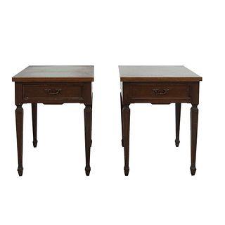 Par de mesas laterales. SXX. En talla de madera. Cada una con cajón con tirador de metal y cubiertas rectangulares. 53 x 42 x 75 cm
