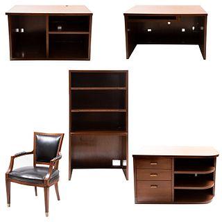 Lote de muebles para oficina. Siglo XXI. En madera. Consta de: Escritorio a 3 cuerpos, librero y sillón. Piezas: 5