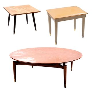 Lote de mesas de centro y banco Midcentury. Elaboradas en madera. Consta de: a) Mesa circular con soportes cónicos. Piezas: 3