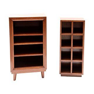 Librero y mueble para CD's. Siglo XX. Diseño rectangular. En talla de madera de caoba. Uno con 3 entrepaños y otro con 8 vanos.