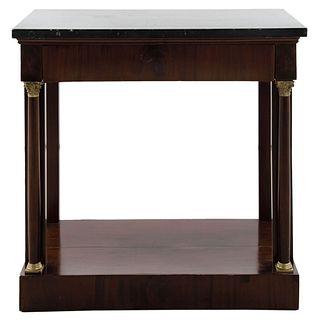 Mesa consola. Siglo XX. Estilo Imperio. En talla de madera. Con cubierta de mármol y columnas decorativas. 82.5 x 82.5 x 42 cm
