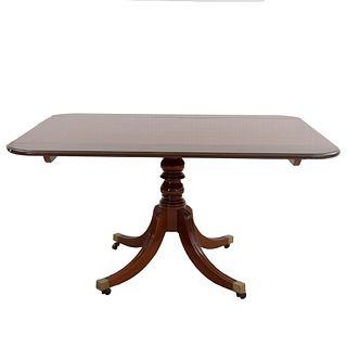 Mesa de comedor. Siglo XX. Estilo Jorge III. En madera. Con cubierta rectangular y soportes con casquillos y ruedas. 72 x 138 x 104 cm