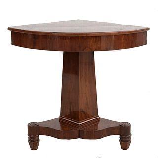 Mesa esquinera. Siglo XX. En talla de madera. Con cubierta tipo abanico, fuste liso y soportes de carrete. 76 x 82 x 62 cm