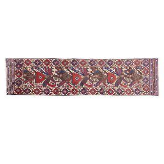 Tapete de pasillo. Afganistán. Siglo XX. Elaborado en fibras de lana y algodón. Decorado con elementos florales. 81 x 358 cm