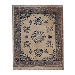 Tapete. Siglo XX. Elaborado en fibras de lana y algodón. Decorado con medallón central. 122 x 155 cm.