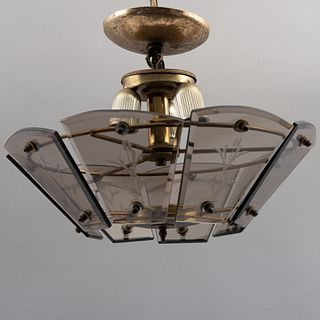 Lámpara de techo. Siglo XX. Estructura de metal dorado con pantallas de cristal ahumado biseladas y facetadas con motivos orgánicos.
