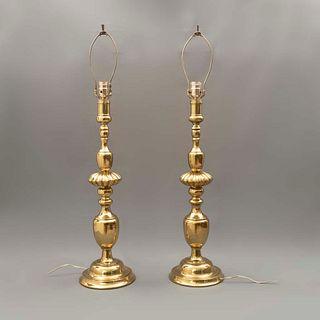 Par de lámparas de mesa. Siglo XX. Elaboradas en metal dorado. Para una luz. Sin pantallas y con fustes compuestos. 92 x 20 cm