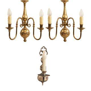 Lote de 3 arbotantes. Siglo XX. 2 estilo holandés. Elaborados en metal plateado y dorado. Para una y 2 luces.