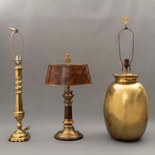 Lote de 3 lámparas de mesa. Siglo XX. Diferentes diseños. Elaboradas en metal dorado y latón. Para una y 2 luces. Una con pantalla.