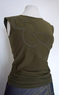 "Olive ""Yoko"" Applique Stretch Top (SIZE M)"