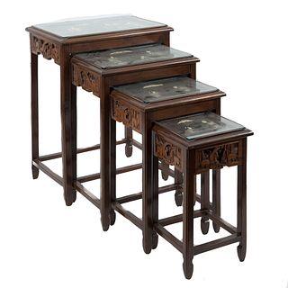Juego de mesas nido. SXX. Estilo oriental. En madera. Cubiertas rectangulares con guardas de vidrio. Con aplicaciones de resina. Pzs: 4