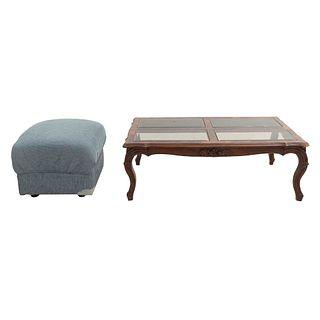 Taburete y mesa de centro. Siglo XX. En talla de madera y madera enchapada. Mesa con cubierta reticulada con 4 páneles de vidrio.